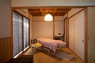 カムカムの和室のトリートメントルーム。木に囲まれた癒しの空間