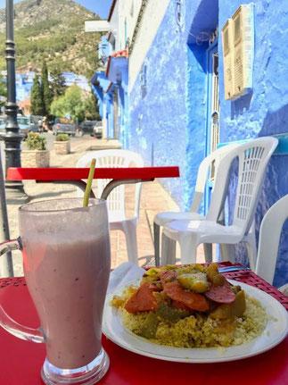 体調が良くなって、お昼にシャウエンのレストランでべ食べたモロッコ料理の「クスクス」とフルーツジュースです。