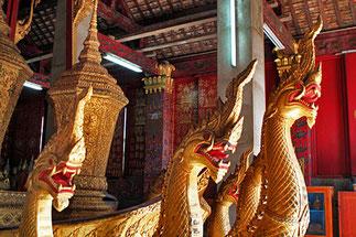 Char funéraire et najas à 7 têtes avec les urnes du Roi. Bouddhas de la pluie, les mains le long du corps ---->>-