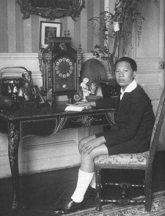 Le PRINCE VINH THUY étudiant Parisien. A gauche : en tenue de cérémonie avec son cousin le Prince Vinh Canh.