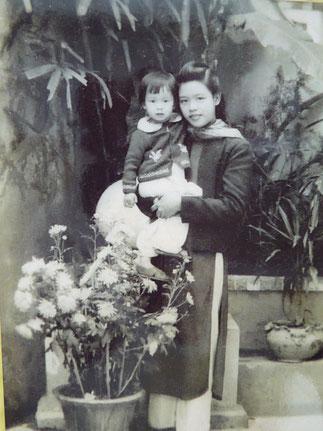 1949. NGUYÊN THI NGOC-TRÂM TENANT DANS SES BRAS SA PETITE SOEUR HOAI-AN, 10è et DERNIER ENFANT DE NAM SON.