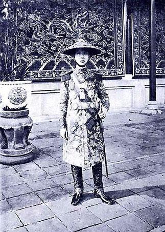 L'EMPEREUR KHAI DINH EN TENUE D'APPARAT.