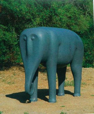 L'ELEPHANT INSPIRE D'UN MODELE PERSE DU XVIIe s. GRANIT G654 BLEU GRIS H 220 x L 264 x Largeur 110cm.