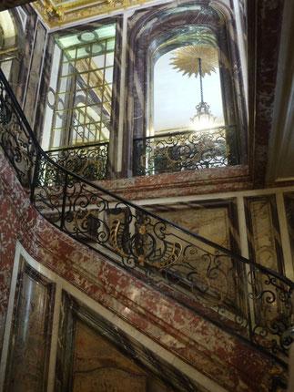 Grand escalier d'honneur en marbre polychrome et arabesques de fer forgé.