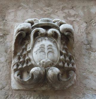 BLASON D'HONORE DU LAURENS (1554-1612), AVOCAT GENER. AU PARLEMENT DE PROVENCE, ARCHEVÊQUE D' EMBRUN. SON FRERE ANDRE EST MEDECIN D'HENRI IV, UN AUTRE, GASPARD, ARCHEVËQUE D'ARLES. A g. FACADE 43 RUE GRANDE où EST SCELLE CE BLASON.. C* YANNICK VU JAKOBER.