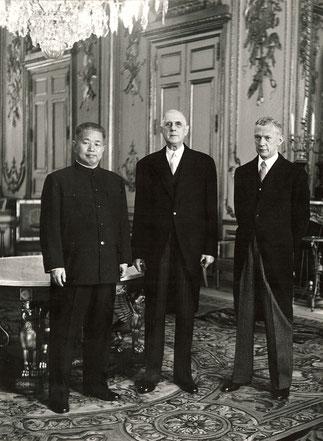Le Général entouré de l'Ambassadeur Huang Chen et de son fidèle Couve de Murville