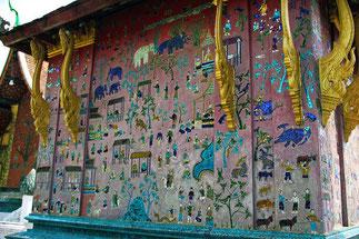 Chapelle rouge : détails de la mosaïque de verre bleu et rouge, réalisée en 1957 par un maître artisan lao pour le 2.500è anniversaire de la naissance de Bouddha.