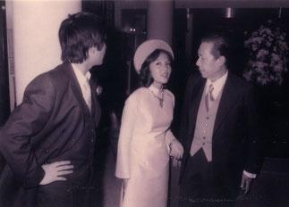 S.M.BAO DAI le jour du mariage de sa fille,  la Princesse PHUONG THAO. De profil le Prince BAO SON+ décédé dans le crash de l'avion qu'il pilotait. Ce sont deux des enfants de Mme MÔNG DIÊP.