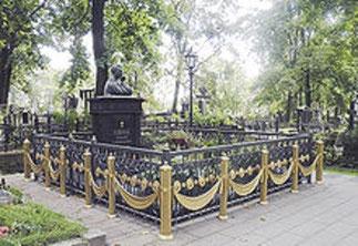 MAUSOLEE d'ANATOLI à ST NICOLAS de SAINT PETERSBOURG. A gauche : Vladimir POUTINE ET Liudmilla NAROUSSOVA, VEUVE d'ANATOLI à la messe d'obsèques.