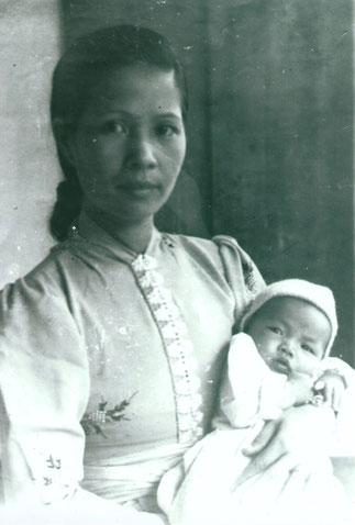 1953. Mme DEO VAN TAI et Philip DEO VAN DUC, le FILS.