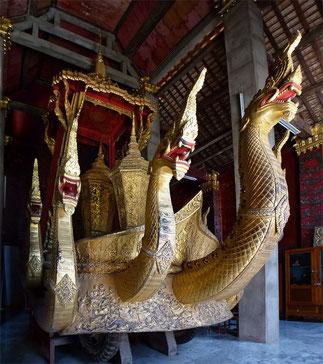 Char funéraire avec le naja à 7 têtes  Il contient l'urne funéraire du roi Sisavang Vong, décédé en 1959. En 1962 fut construit pour abriter ce char un temple or, en bois de teck entièrement sculpté, et représentant les scènes du livre sacré Ramayana.