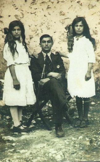 MONSIEUR KHATCHIK YAVERIAN assis entre SES 2 SOEURS  ZAROUHI et YERANOUHI. COLLECTION VAHE TACHJIAN.