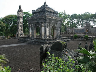 MAUSOLEE DE L'EMPEREUR DONG KHANH. 9è empereur (1885/1889) 1864-1889. C'est le plus petit des mausolées. Temple bâti en 1888 à la mémoire de son père, il a été réutilisé comme tombeau en raison de sa mort subite en 1889.