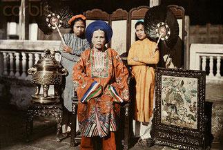 La Tai Nhân NGUYÊN THI DINH et la princesse CUONG, en jaune MERE et SOEUR DE L'EMPEREUR DUY TÂN. 1931