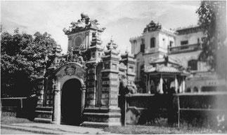 Monumentale entrée façade Sud.. A gauche le pavillon avec la statue en bronze de l'Empereur Khai Dinh. Entreposée dans la Cité interdite par la reine mère, elle ne put être récupérée.