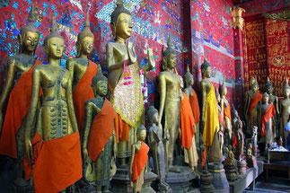 Bouddhas dans diverses positions entourant le char funéraire, dans le temple en teck sculpté et doré.