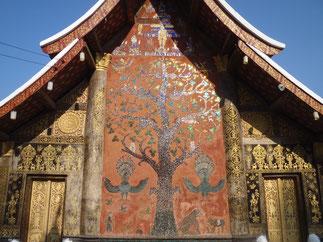 L'Arbre de Vie sur une des façades. Raconte l'histoire de Siao Savath.