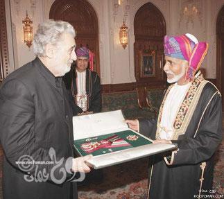 S.M Qaboos remet la médaille d'honneur à Placido Domingo.