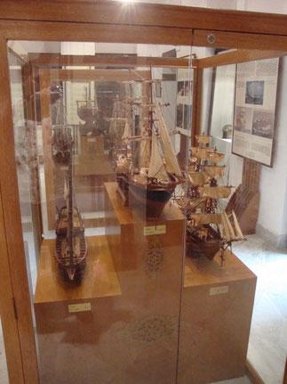 Maquettes de bâtiments depuis le XVIIIè. siècle où la tradition omanaise côtoie celle de Lorient et de Marseille.