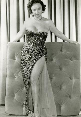 BETTY : Une robe très sexy pour l'époque