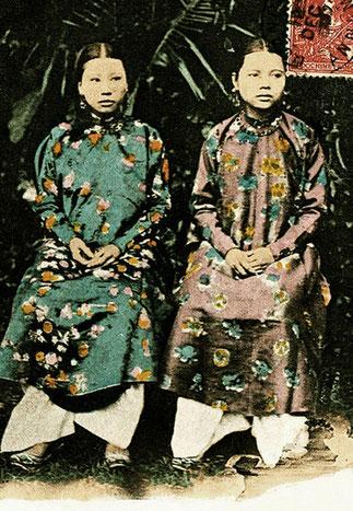 DEUX SOEURS : NHAN (rang Giai Triêu) et MUNG (rang Chi Lac). Epouses qui avaient suivi l'Empereur THANH THAI en exil.