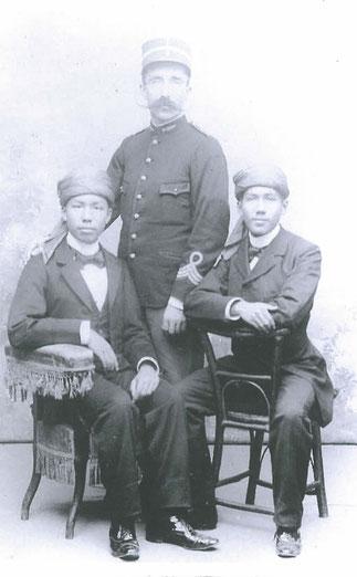 1907.Le lieutenant PROSPER JOURDAN, Inspecteur 2è classe avec l'Empereur THANH THAI et son frère le PRINCE IMPERIAL.