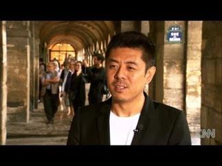 MA YANSONG à PARIS SOUS LES ARCADES DU PALAIS ROYAL. INTERVIEW DE CNN : TED TURNER  LUI AVAiT DEPÊCHE   L' ARTILLERIE LOURDE.