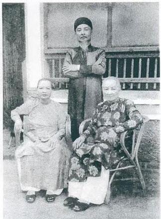 LES 2 SOEURS NHAN et MUNG avec leur jeune frère le Prince UNG QUANG.   Epouses du Roi THANH THAI elles l'ont suivi en exil à la Réunion. Toutes 2 reposent à AN LANG.**