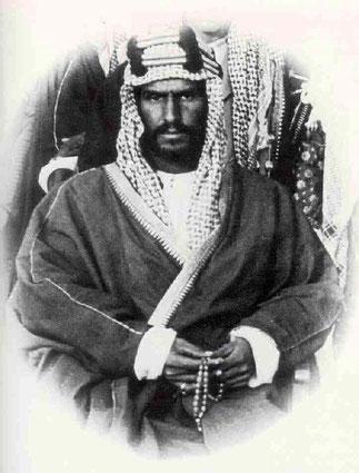 SA MAJESTE IBN SAOUD 15 Janvier 1876 - 9 Novembre 1953. Fondateur du 3è Etat saoudien du 8 Juin 1926. Roi du Hedjaz, du Nedjh puis de l'Arabie Saoudite de 1932 à sa mort le 9 Novembre 1953. 42 épouses, 12 divorces, 53 fils et 36 filles.