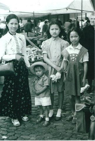 g. à dte ; MAMAN, PHILIP, COUSINE ANNA BAC THI PHU, fille de TANTE DEO NANG IN, et SOEUR N°2 MICHOU DEO NANG KIÊN.