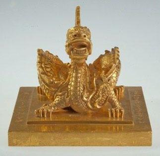 GRAND SCEAU DE L'EMPEREUR H.11cm.carré 13,77cm. 8,7kgs OR Fondu en 1827. En 1828 l'empereur MINH MANG décréta que ce sceau ne sera plus apposé que sur les décrets de grande importance (intronisation des impératrices douairières par ex.).