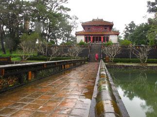 MAUSOLEE DE L'EMPEREUR MING MANG. 2è empereur. (1820/1841) 1791-1841. A 12km de Huê, sur le Mont Camky, le mausolée est entouré de bassins, jardins, et pavillons..Construit entre 1840 et 1843. à la manière des tombes Ming de Chine.