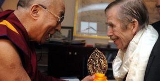 10 Décembre 2011 (une semaine avant sa mort) avec le DALAÏ LAMA.