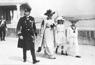 BRIONI. Le couple princier avec la princesse Sophie et le prince Max.