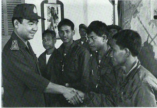 Le Prince Sisouk Na Champassak, Ministre de la Défense saluant les ralliés du Pathet-Lao.