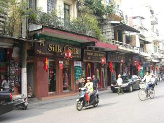 Phô HANG GAI, rue des Chanvres ou rue de la Soie de nos jours.