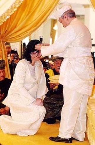 14/04/ 2009. Agenouillée, Tuanku AISHA ROHANI reçoit la couronne des mains de son époux ,..<<<2011  Tuanku  AISHA ROHANI  Chancelier de l'USIM - Université SAINS ISLAM MALAISIE -.