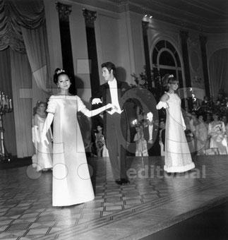 19 Déc. 1965 LA PRINCESSE PHUONG THAO fille de Mme MÔNG DIÊP. Avec Jacques CHAZOT au Bal des Débutantes.  Hôtel des Ambassadeurs à Cannes. A dte ; Caroline BOYRIVEN