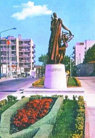 INSTALLEE AU CARREFOUR DE L'ARCEAU EN 1966 LA STATUE. FUT RENVERSEE PAR UN CAMION EN 1969.