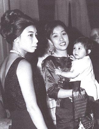 La Princesse Ouanna Souvanna Phouma tenant dans ses bras Daraphon (- l'étoile qui tourne - en hommage à Gagarine -); à gauche la Princesse Moune soeur aînée du prince Mangkra. La Princesse Daraphon a aujourd'hui 50 ans et bon sang ne saurait mentir.