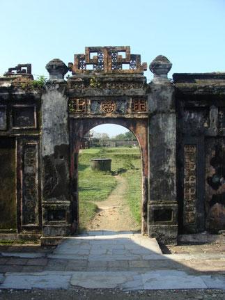 PALAIS QUANG CHANH construit en 1804, détruit en 1947 par un incendie. C'était là que l'Empereur fit ses réunions les 5è, 10è, 20è, 25è jour des mois lunaires.