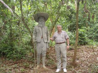 Statue d'Auguste Pavie avec Mr. Guy Lherbier, attaché militaire français en 1974/1975 à Luang Prabang. Statue mystérieusement disparue peu avant 1975.