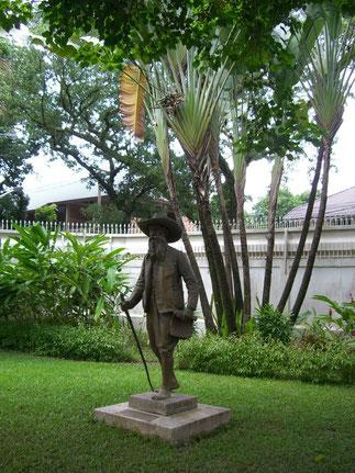 Statue d'Auguste Pavie, Consul Général (1847-1925) Ambassade de France à Vientiane après 1978.                              . Installation de la statue Place Pavie. 1933---->>>>>>      Récupérés, les offrants sont devenus les protecteurs des Amoureux.