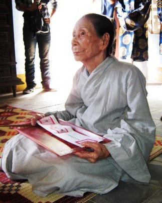 Mme LÊ THI DINH la fidèle suivante de feue TU CUNG adresse un dernier ADIEU à BUI MONG DIEP. HUÊ (79)145 Phan Dinh Phung. 01/07/2011. Une cérémonie presque officielle,  télévisée, avec bonzes et dignitaires en tenue traditionnelle.