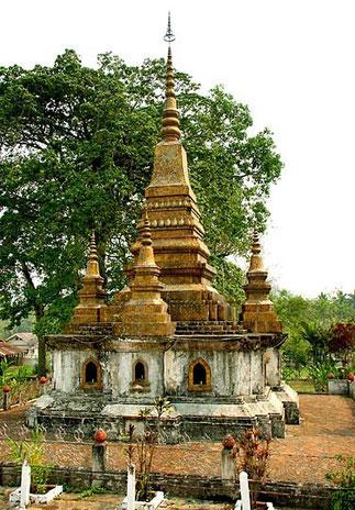 Ce grand Stupa doré contient les cendres du Roi Sisavong Vong (1885-1959) et d'un de ses frères.