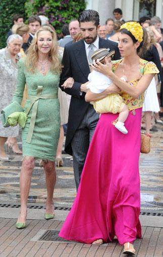Paola Marzotto, son fils Carlo Borromeo et son épouse Marta Ferri avec leur bébé