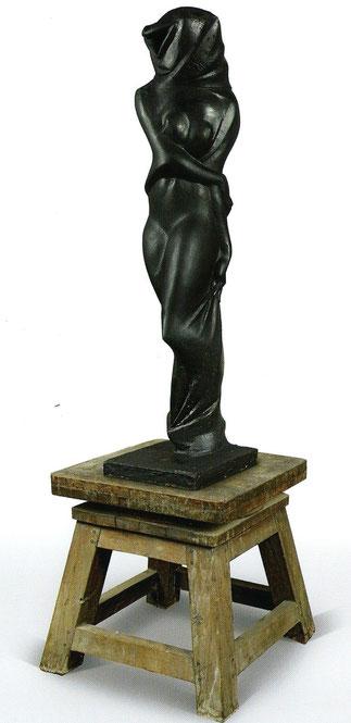FEMME VOILEE. SCULPTURE EN PLÂTRE PEINT EN NOIR.  167 x 40 x 40 cm. Collection de l'artiste.