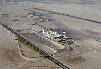 1960. AEROPORT DE DUBAI   ^^^^^^^^^^^^^^^^^^^^ <<<<<<<DUBAI.1960. UN TAXI POUR TOBROUK !!!