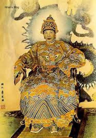IMPERATRICE TU CUNG.   A droite EMPEREUR KHAI DINH