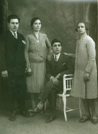 MONSIEUR ET MADAME HAZAROS BOGOSSIAN debout à g. 1930